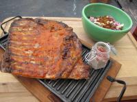 Pechito de cerdo, salsa barbacoa y ensalada de repollos.